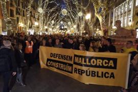 Rund 2000 Demonstranten zogen am Sonntagabend zu Palmas Plaça de Espanya, um für mallorquinische Unabhängigkeit vom spanischen S
