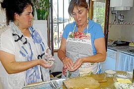 Maria (l.) und Guillermina formen traditionelle Fischbällchen, die anschließend in Olivenöl frittiert und in einer heißen Fischb