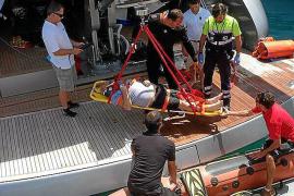Der Mitarbeiter verunglückte, als die Gangway brach, auf der er stand. Aufgrund seiner Kopfverletzungen wurde er per Kran abtran