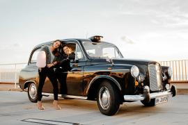 """Sandra Schwenn (r.) und ihre Geschäftspartnerin Lara Keszler gemeinsam mit ihrem """"Black Cab"""" aus London, das man nun auf Mallorc"""