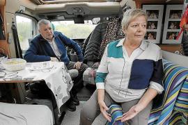 Rentnerpaar campt vor Klinik Son Espases