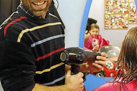 Kinderfriseur Lucho Riva ist geduldig und führt seine kleinen Kunden behutsam an sein Arbeitswerkzeug heran.