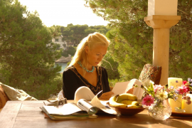 """Aus dem Film """"Die Muschelsucher"""": Der langersehnte Brief ist gekommen und Olivia (Victoria Smurfit) weiß, dass ihre Tage auf Ibi"""