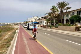 Der Radweg führt direkt am Meer entlang.