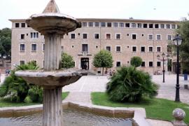 Priester verlassen das Kloster Lluc