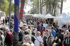 Menschenmenge am Balearentag auf dem Paseo Marítimo.