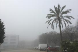 Mallorca wacht inmitten von dichtem Nebel auf