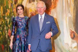 Letizia lässt Prinz Charles bei Ausstellungseröffnung warten