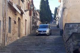 Auto fährt 365-Stufen-Treppe in Pollença herunter