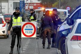 Polizisten führen in Palmas Partyecken acht Menschen ab