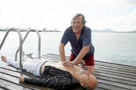 Vergeblich versucht Matula (Claus Theo Gärtner), Schumann (Jochen Horst) zu retten.