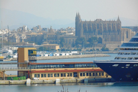 Blick auf das Hafengebäude und die Kathedrale.