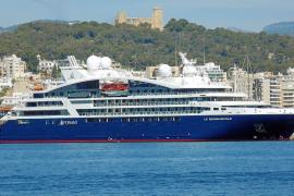 Nagelneues Luxusschiff macht im Hafen von Palma fest