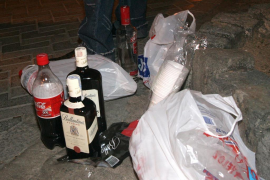 Botellón-Rückstände auf einer Straße auf Mallorca.