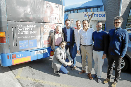 Partysänger Peter Wackel (4.v.r.) präsentierte die neue Kampagne vergangene Woche zusammen mit Rathaus-Vertretern und Mitglieder