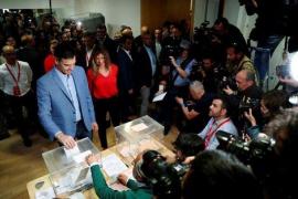 Spaniens Ministerpräsident Pedro Sanchez trat in Madrid nebst Ehefrau an die Urne.