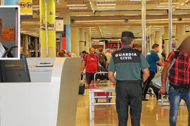 Szene am Flughafen von Palma, das kleine Foto zeigt die Verstorbene.