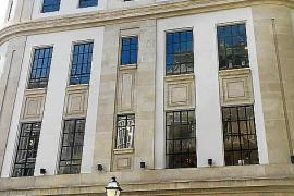 Das ehemalige Telefónica-Gebäude an der südlichen Ecke Borne / Carrer Constitució wurde 1930 fertiggestellt. Heute ist dort das