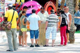 Polizisten führen an der Playa de Palma 26 Hütchenspieler ab