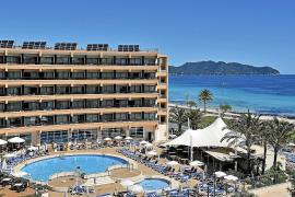 Blick auf ein Komforthotel in Cala Millor.