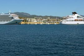 Zwei kleinere Superluxusliner legen im Hafen von Palma an