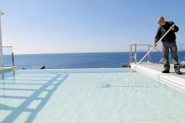 Den Pool auf Mallorca zum Glänzen bringen