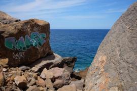 Felsen in freier Natur mit Graffiti besprüht