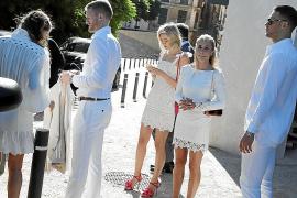 Hochzeitsgäste: Die Fußball-Freunde von Mario Götze und ihre Frauen in der Altstadt von Palma.