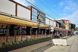 Seit April 2019 stehen nach Vorschrift die neuen Abgrenzungen zwischen Terrasse und Straße, die vermeiden sollen, dass die Gäste