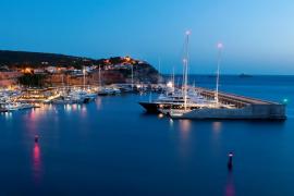 Die Yacht wurde in den Hafen Port Adriano geschleppt.