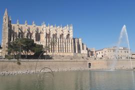 Palma montiert ockerfarbene Mega-Leuchten vor Kathedrale