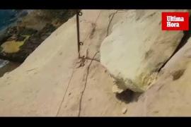 Junge Frau in der Cala Vinyes von Felsbrocken erschlagen