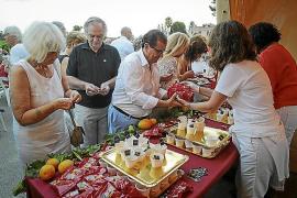 Wein und viele Köstlichkeiten werden während des Konzerts gereicht.