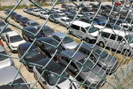 Mietwagenfirmen stellen in Palma Straßen mit Autos voll