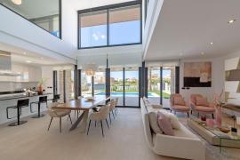 Jede der Villen ist luxuriös ausgestattet und hat einen Zugang zu einer breiten Sonnenterrasse mit Blick auf Pool und Garten.