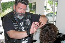 """Markus Schmitt von den """"Barber Angels"""" bietet Obdachlosen einen kostenlosen Haarschnitt. RTL zeigt unter anderem seine Vereinigu"""
