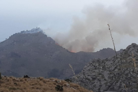 Die Flammen lodern im Gebirge.