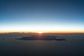 Luftaufnahme zeigt Mallorca mit Sonnenuntergang