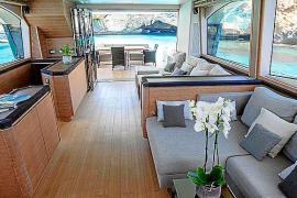 Der Wohnbereich der Yacht öffnet sich zum Schiffsdeck.