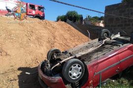 Auto stürzt Abhang in Party-Viertel Arenal herunter