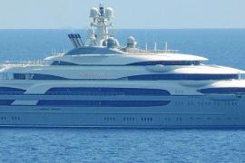 Megayacht mit sechs Pools ankert vor Puerto Portals