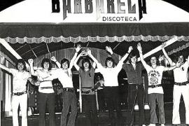 Eine Gruppe junger Partygäste vor der Disco.