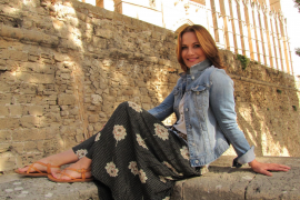 Jenny Jürgens vor der Kathedrale von Palma.