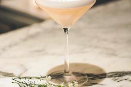 Martini eignet sich in Kombination mit spritzigen Drinks wie Sekt, Champagner oder Soda als Summer Drink.
