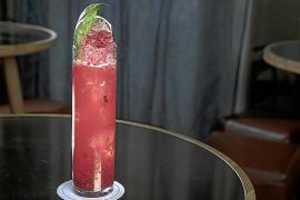 """Rafa Martín empfiehlt im """"Brassclub"""" seine alkoholfreie Erfrischung """"Smash de Albahaca"""" in Rot: Roter Fruchtsaft, Saft aus der Kalamansi (ein Hybrid aus Mandarine und Kumquat), aufgefüllt mit Crushed Ice und garniert mit frischem Basilikum."""