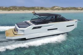 Futuristisches Motorboot kreuzt vor Mallorca