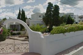 Polizisten werfen Besetzer aus Haus auf Ibiza raus