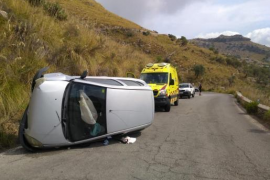 Ein Auto hatten sich auf der Bergstraße überschlagen.