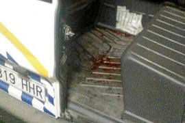 Blutspuren in einem Auto der Lokalpolizei.
