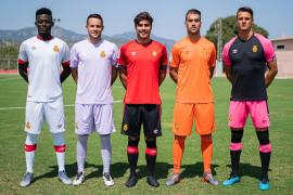 Der Kicker neue Kleider: Iddrisu Baba, Miquel Parera, Abdón Prats, Manolo Reina und Martin Valjent (v.l.n.r.) bei der Präsentati